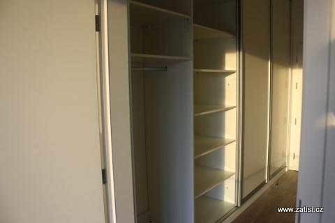 Vestavná skříň je součástí bytu