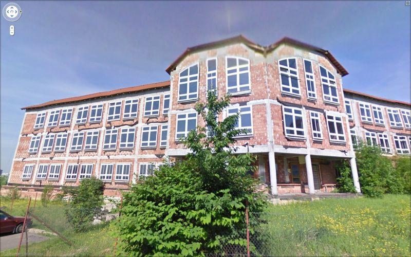 před patnácti lety tu začali stavět školu